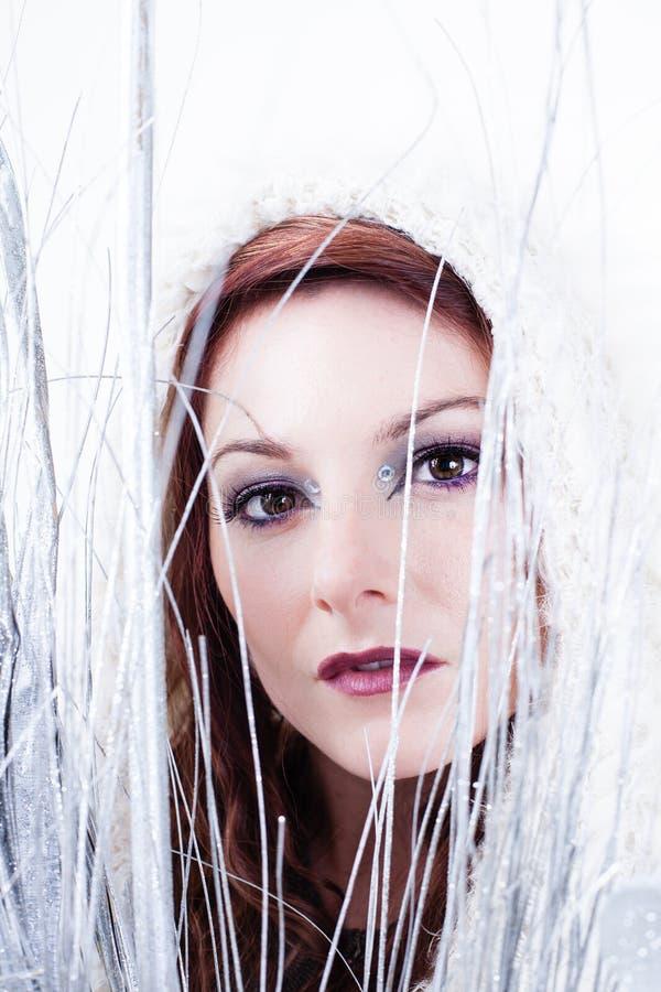 Mujer hermosa del invierno en blanco imagen de archivo libre de regalías