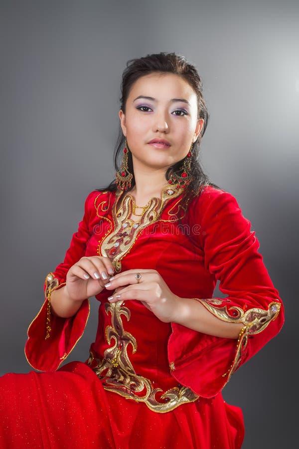 """Mujer hermosa del kazakh en imagen común del costume†nacional """" fotos de archivo"""