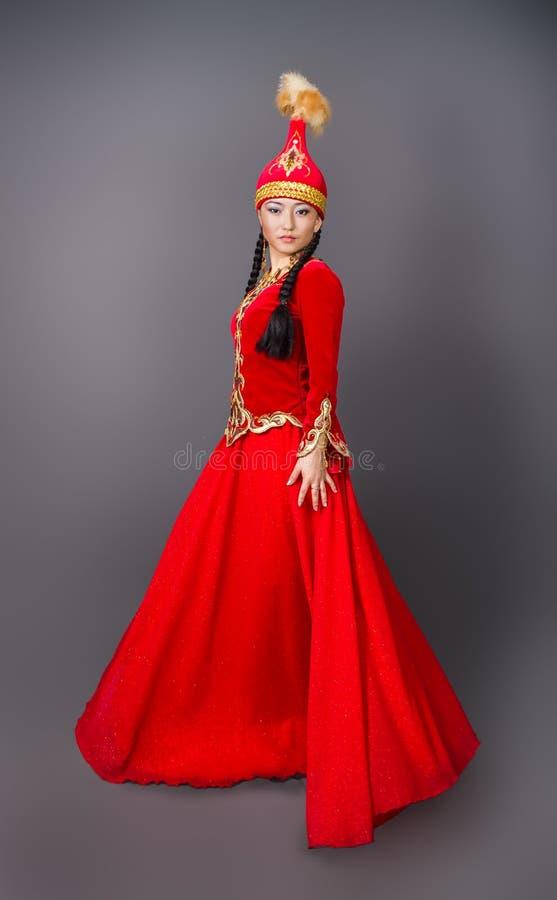 """Mujer hermosa del kazakh en imagen común del costume†nacional """" imagen de archivo"""