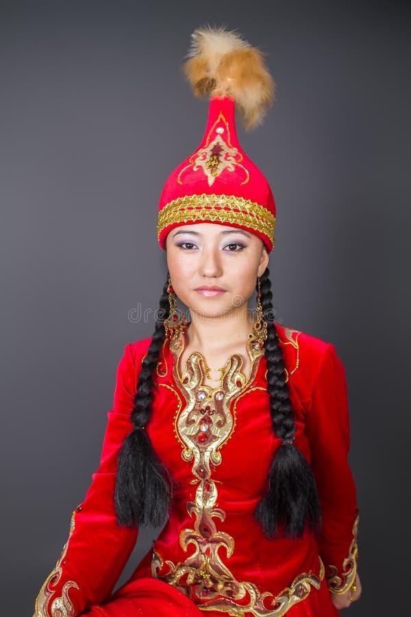 """Mujer hermosa del kazakh en imagen común del costume†nacional """" imagenes de archivo"""