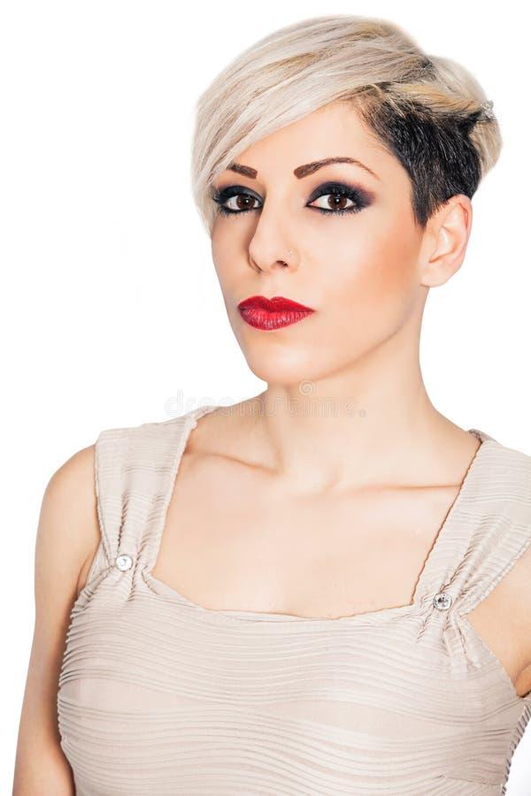 Mujer hermosa del pelo rubio del maquillaje y del cortocircuito en blanco imagenes de archivo