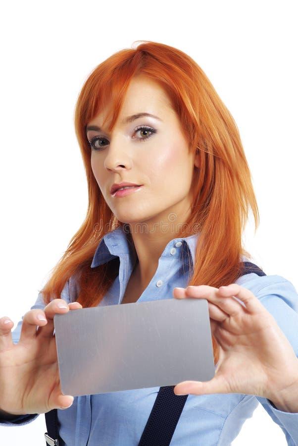 Mujer hermosa del redhead con notecard. fotos de archivo libres de regalías