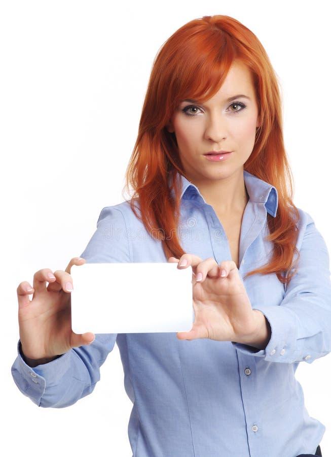 Mujer hermosa del redhead con notecard. imagen de archivo