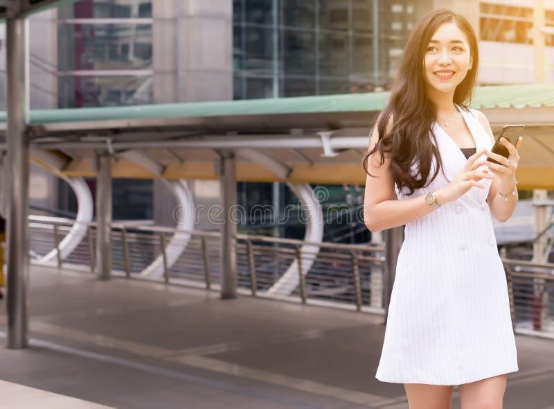 Mujer hermosa del retrato que camina en la calle y la ciudad, confianza femenina feliz y sonrisa foto de archivo libre de regalías
