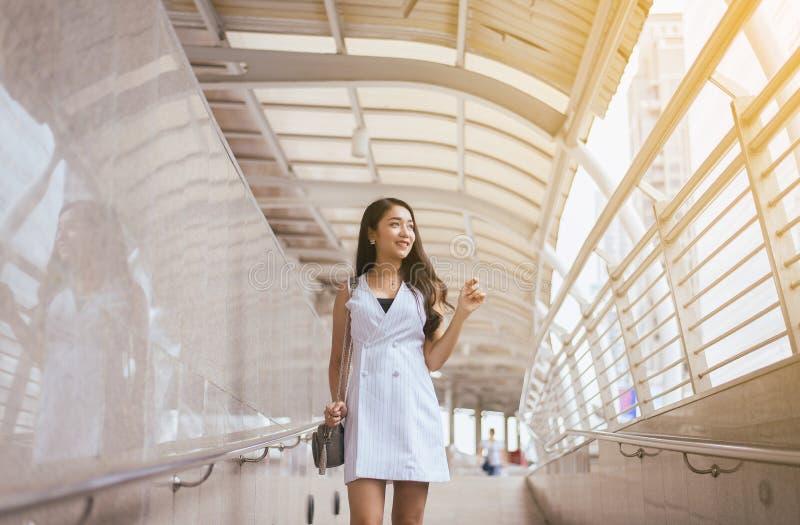 Mujer hermosa del retrato que camina en la ciudad, feliz y sonriendo, forma de vida al aire libre, femenina con la actitud positi imágenes de archivo libres de regalías