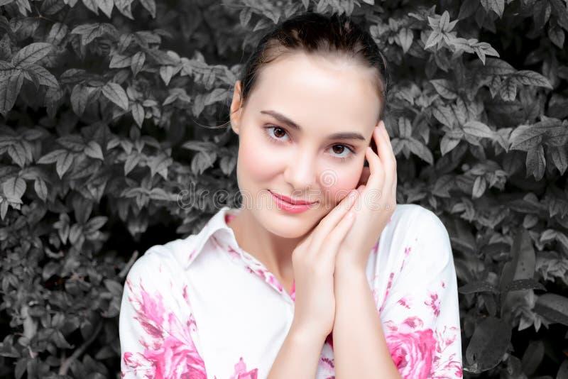 Mujer hermosa del retrato: Una mujer encantadora o atractiva tiene un b imagen de archivo