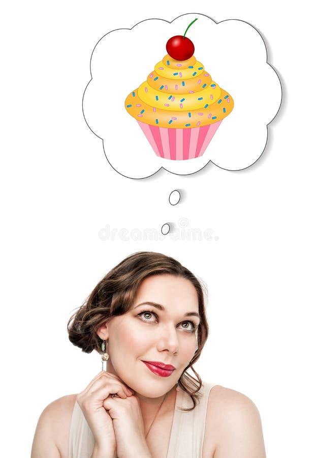 Mujer hermosa del tamaño extra grande que sueña sobre la torta fotografía de archivo libre de regalías