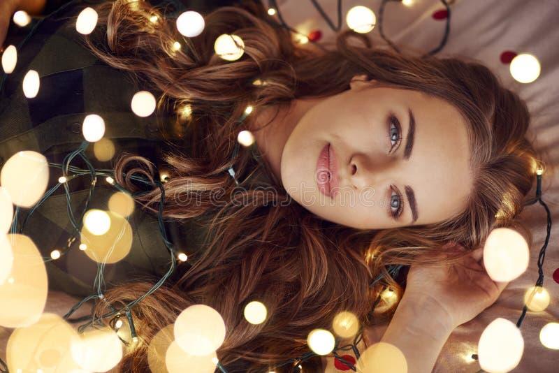 Mujer hermosa durante tiempo de la Navidad imágenes de archivo libres de regalías