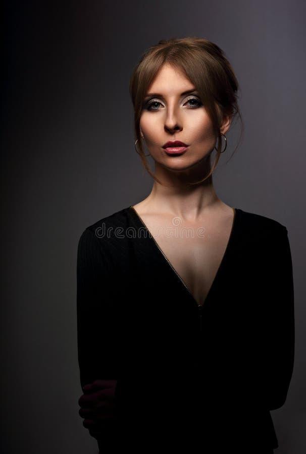 Mujer hermosa elegante con el cuello blando largo en pendiente de la moda fotografía de archivo
