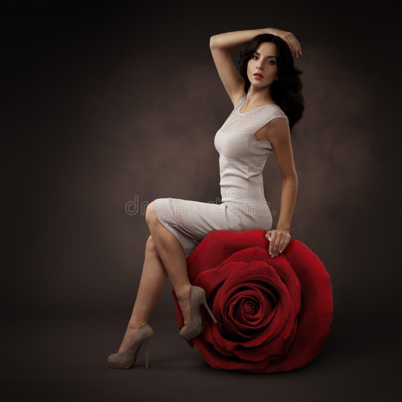 Mujer hermosa elegante y Rose roja grande foto de archivo libre de regalías