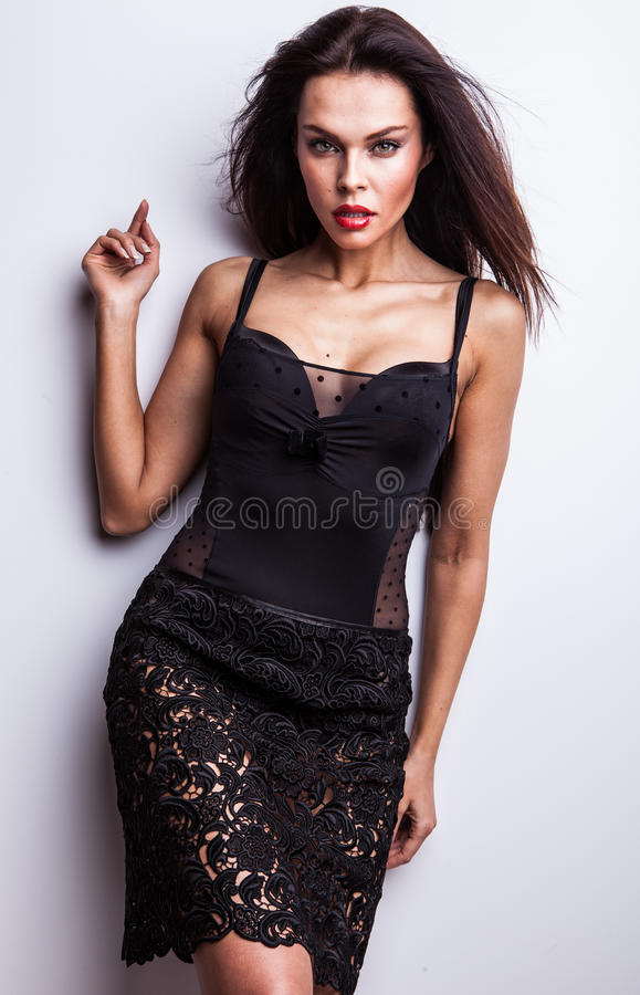 Mujer hermosa en actitud de moda del vestido en estudio. imagenes de archivo