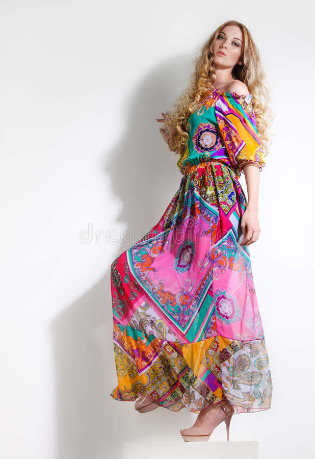 Mujer hermosa en alineada colorida larga imágenes de archivo libres de regalías