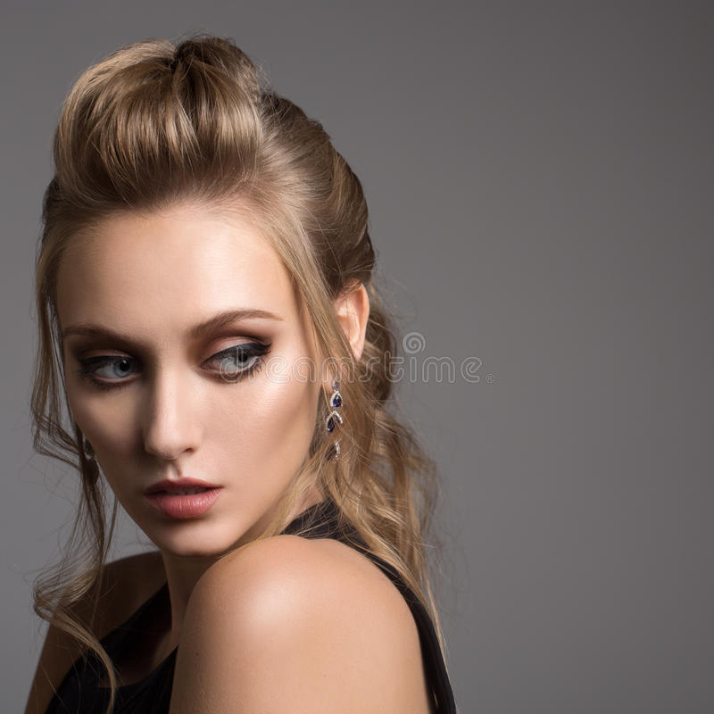 Mujer hermosa en alineada negra Peinado y maquillaje brillante imagen de archivo libre de regalías