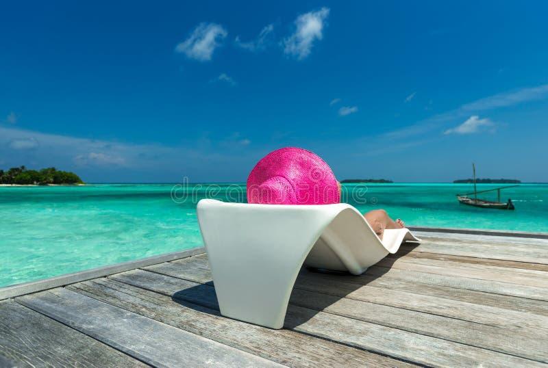 Mujer hermosa en bikini en la isla del paraíso imagen de archivo