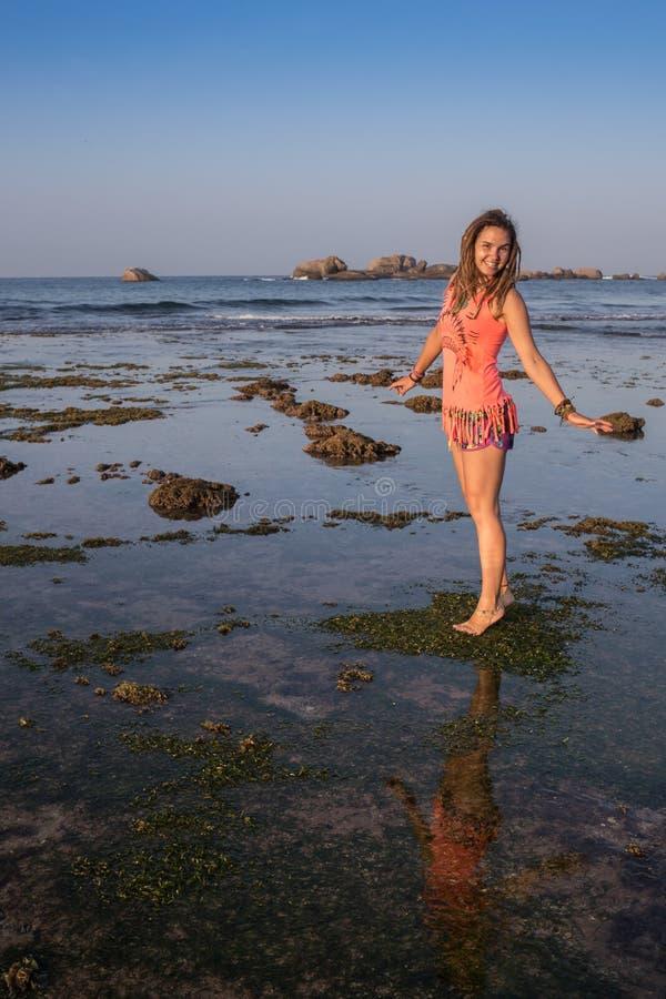 Mujer hermosa en bikini que toma el sol en imagen de archivo libre de regalías