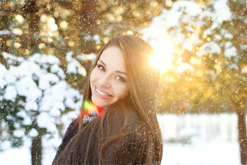 Mujer hermosa en bosque del invierno imagen de archivo libre de regalías