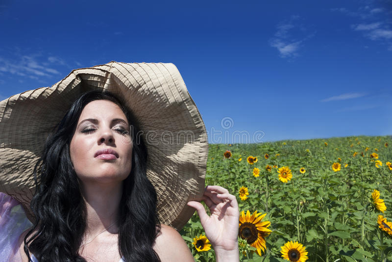 Mujer hermosa en campo del girasol fotografía de archivo libre de regalías