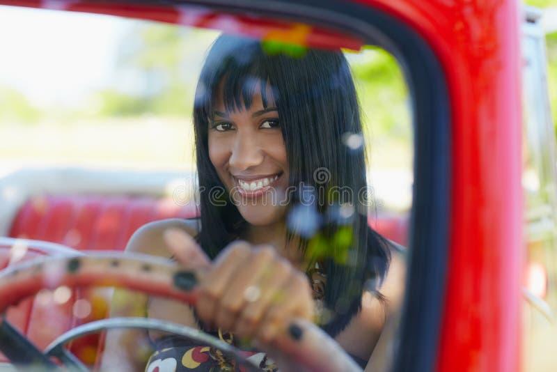 Mujer hermosa en coche del cabriolé fotos de archivo libres de regalías