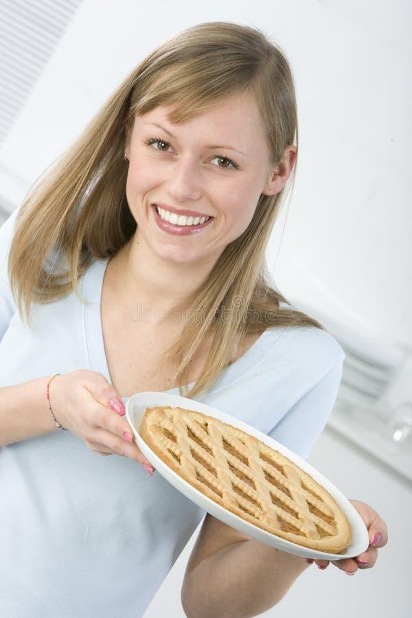 Mujer hermosa en cocina imagenes de archivo