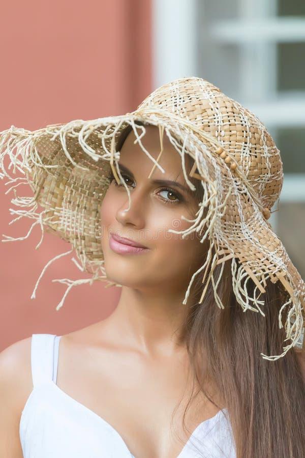 Mujer hermosa en día de verano del sombrero al aire libre Moda y lifestyl fotos de archivo libres de regalías