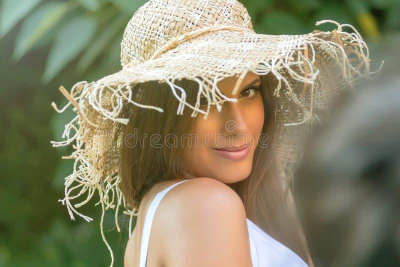 Mujer hermosa en día de verano del sombrero al aire libre Moda y lifestyl imagen de archivo libre de regalías