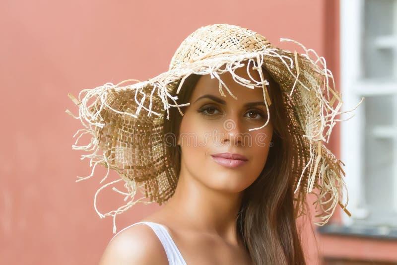 Mujer hermosa en día de verano del sombrero al aire libre Moda y lifestyl imagenes de archivo