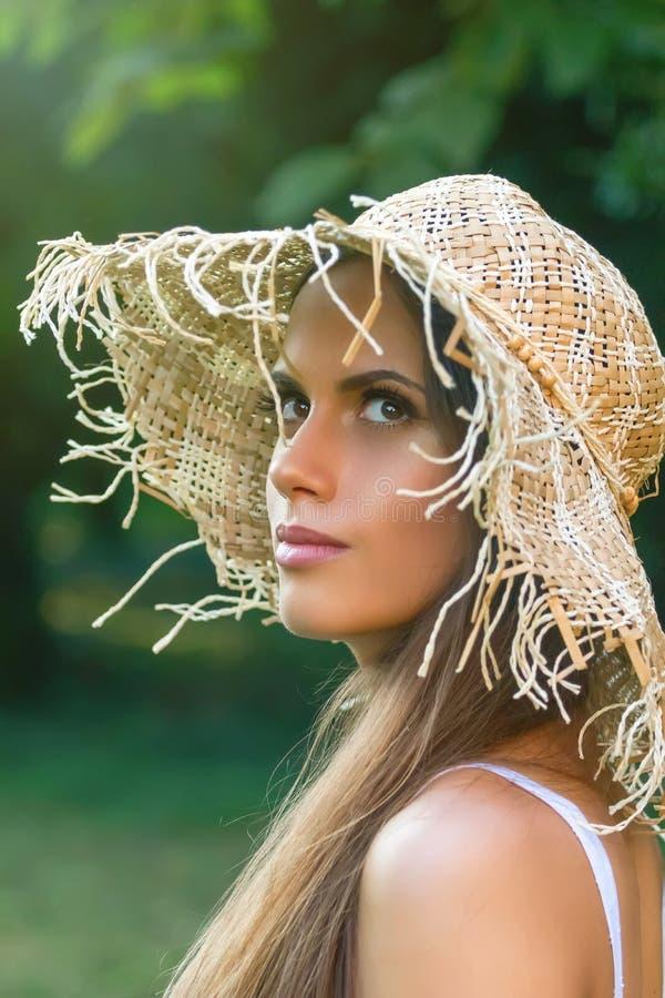 Mujer hermosa en día de verano del sombrero al aire libre Moda y lifestyl fotos de archivo