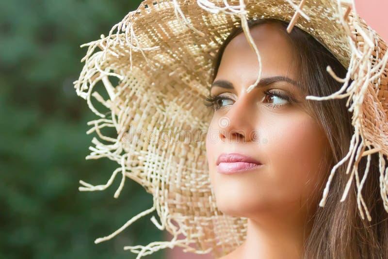 Mujer hermosa en día de verano del sombrero al aire libre Moda y lifestyl imagen de archivo