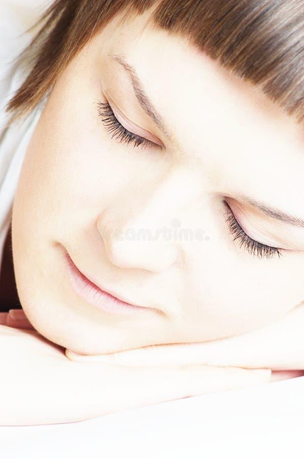 Mujer hermosa en dormir blanco imagen de archivo