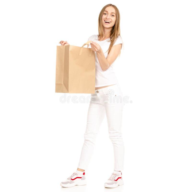 Mujer hermosa en el bolso disponible blanco de la camiseta y del paquete de los vaqueros imágenes de archivo libres de regalías