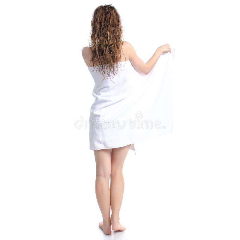 Mujer hermosa en el cuidado blanco del cuerpo de la belleza de la toalla fotografía de archivo libre de regalías