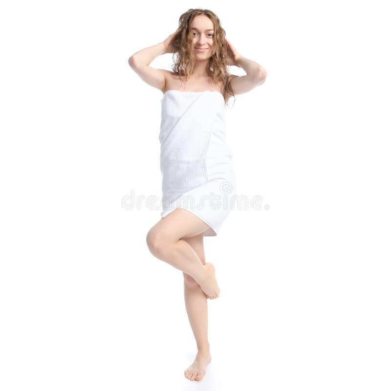 Mujer hermosa en el cuidado blanco del cuerpo de la belleza de la toalla imagenes de archivo