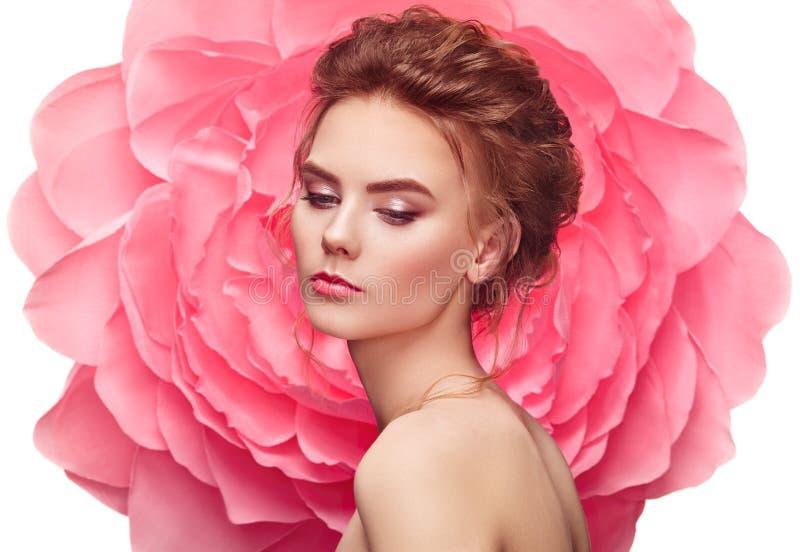Mujer hermosa en el fondo de una flor grande fotografía de archivo