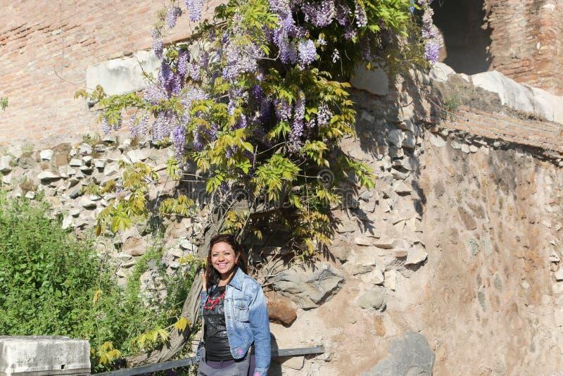 Mujer hermosa en el jardín europeo fotografía de archivo libre de regalías