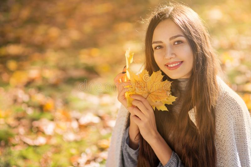 Mujer hermosa en el parque del otoño fotografía de archivo