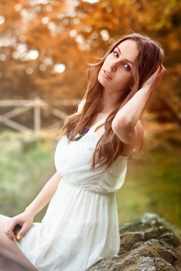 Mujer hermosa en el vestido blanco en bosque del otoño imagen de archivo libre de regalías
