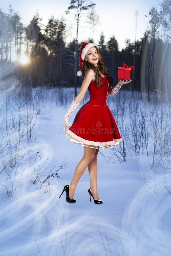 Mujer hermosa en el vestido de Papá Noel foto de archivo libre de regalías