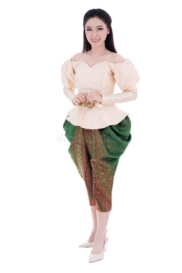 Mujer hermosa en el vestido tradicional tailandés aislado en la parte posterior del blanco fotografía de archivo