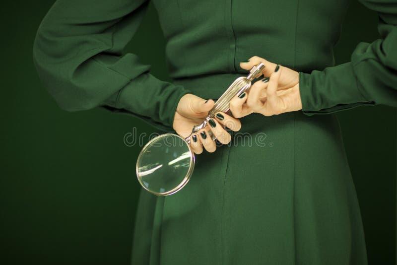 Mujer Hermosa En El Vestido Verde Del Vintage Que Muestra Sus Manos ...