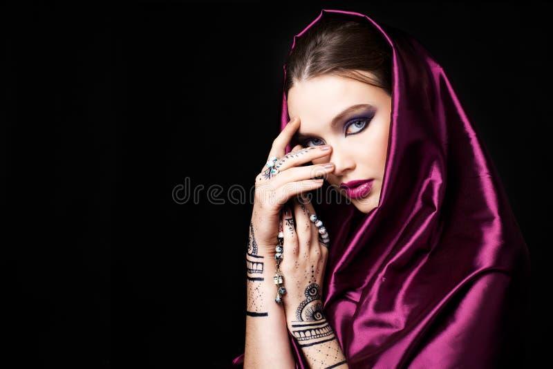 Mujer hermosa en estilo oriental con mehendi imagen de archivo