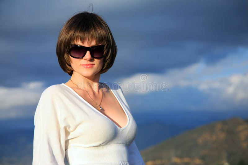 Mujer hermosa en gafas de sol fotos de archivo