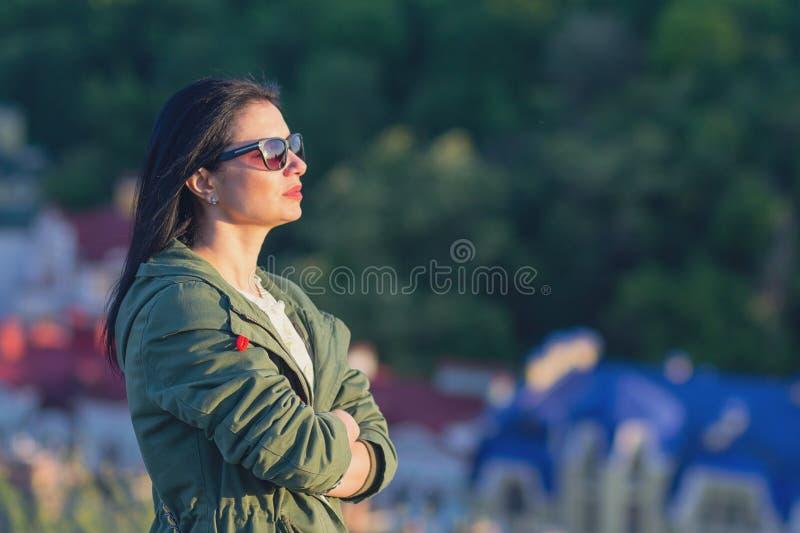 Mujer hermosa en gafas de sol en la calle imagen de archivo libre de regalías