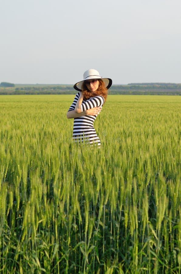 Mujer hermosa en gafas de sol y sombrero Foto brillante del verano fotografía de archivo libre de regalías