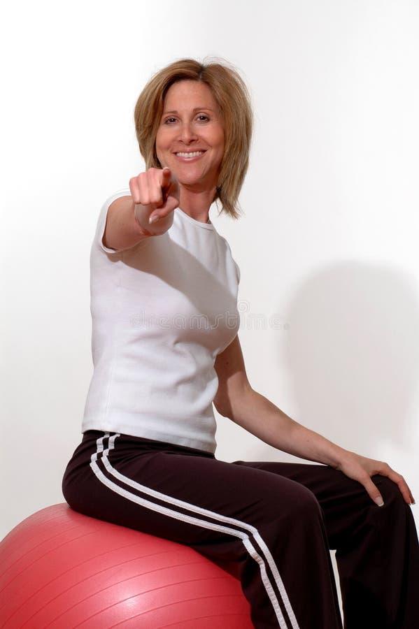 Mujer hermosa en gimnasia de la aptitud fotos de archivo