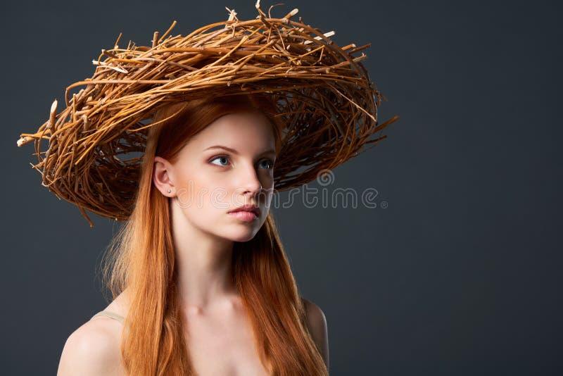 Mujer hermosa en guirnalda natural imagen de archivo