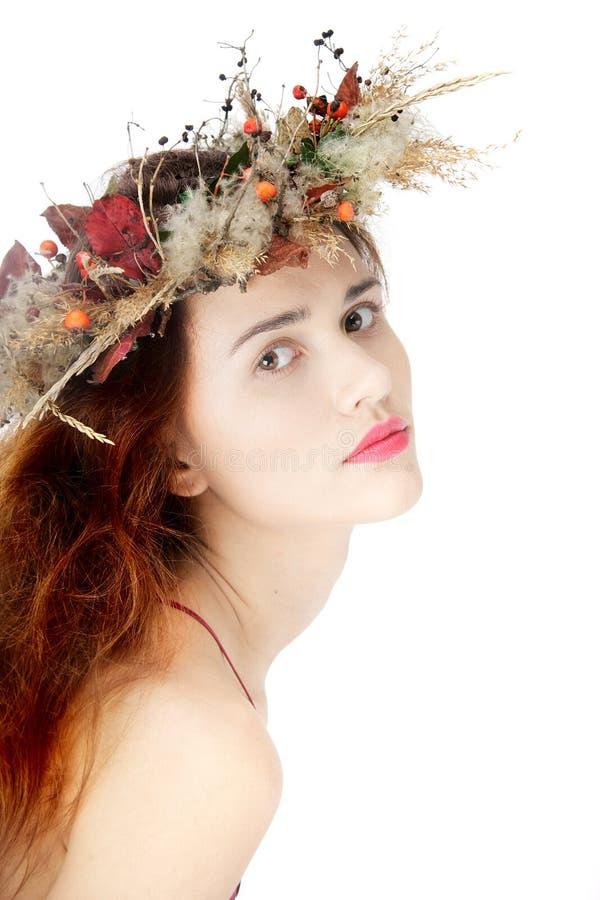 Mujer hermosa en guirnalda natural sobre blanco imagen de archivo