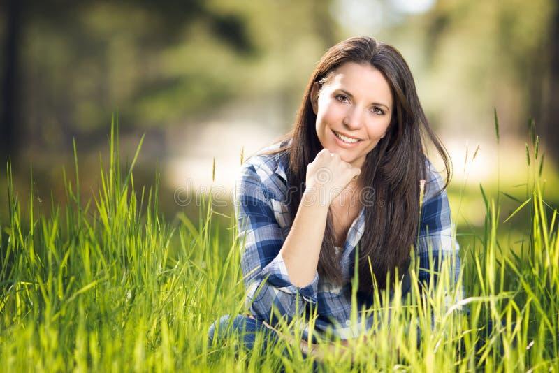 Mujer hermosa en hierba fotos de archivo libres de regalías
