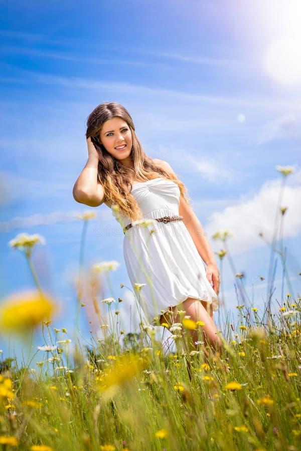 Mujer hermosa en hierba foto de archivo libre de regalías