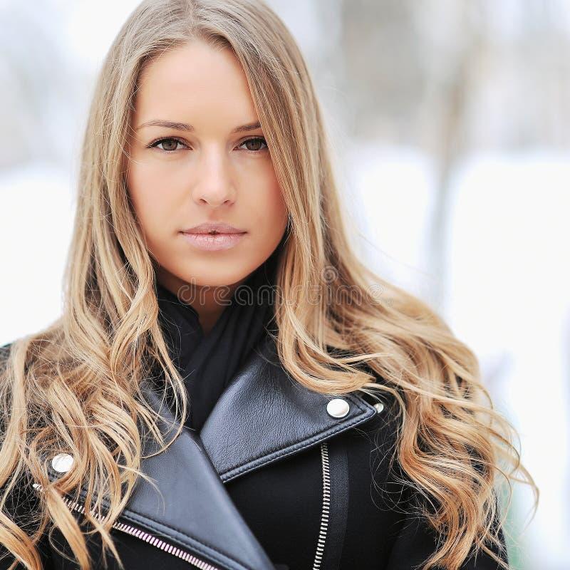 Mujer hermosa en invierno imágenes de archivo libres de regalías