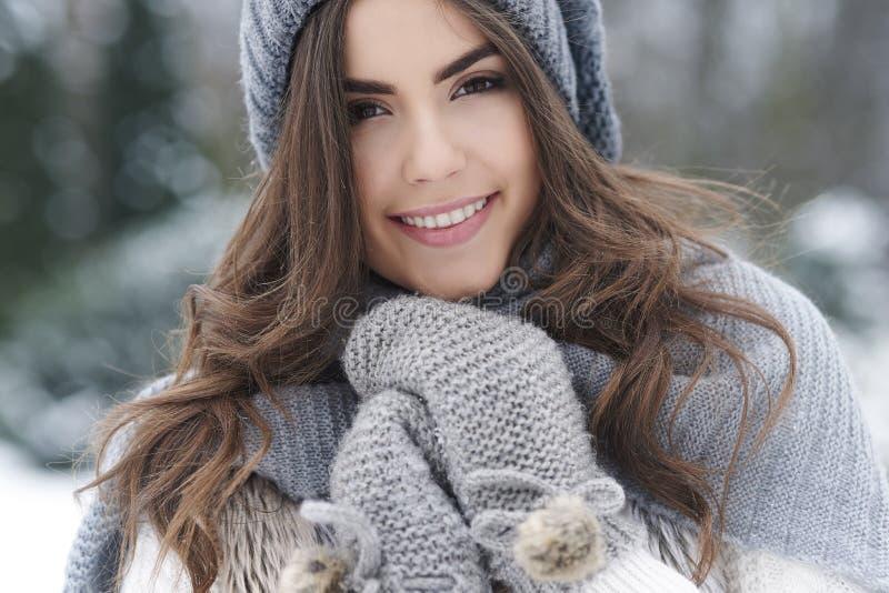 Mujer hermosa en invierno foto de archivo libre de regalías